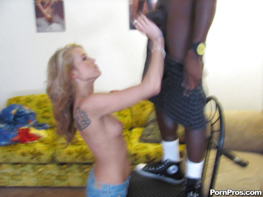 Негр встал на стул, чтобы блондинке было удобнее делать минет - секс порно фото