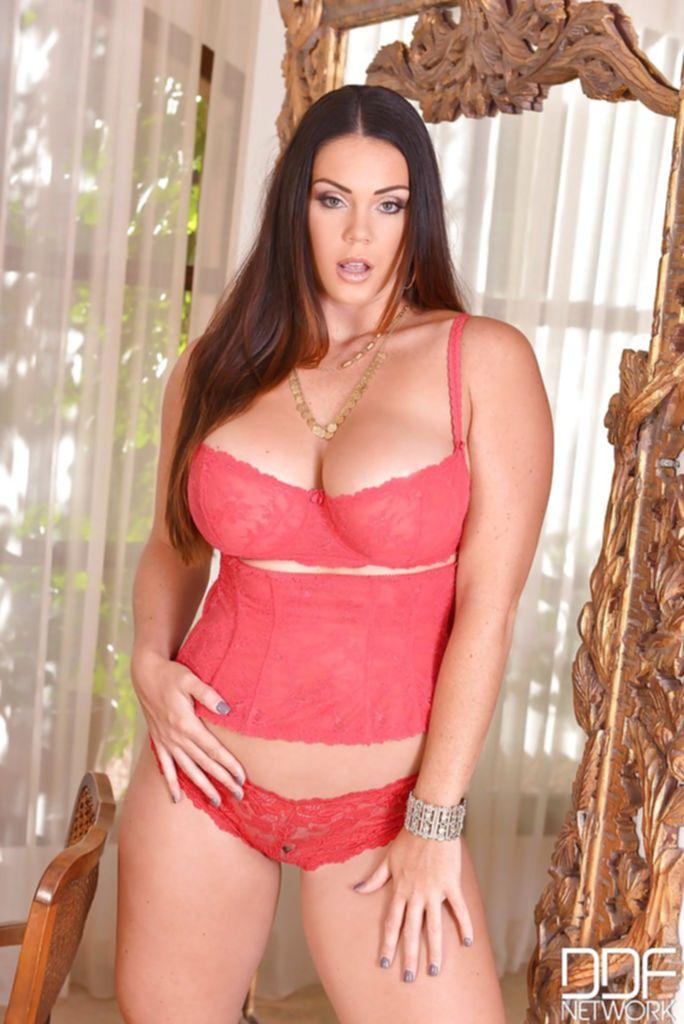 Мамочка в теле позирует в красном белье возле зеркала - секс порно фото