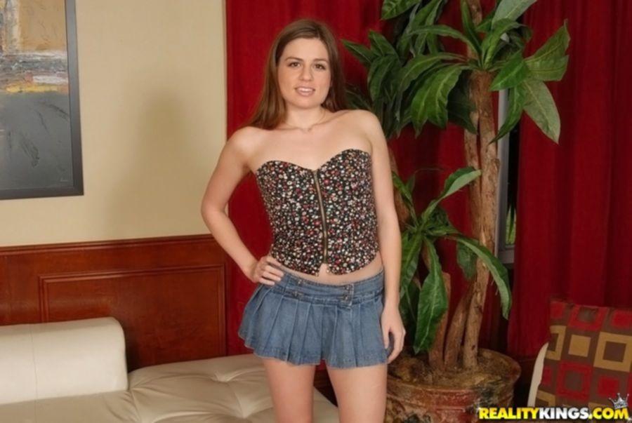 Christie Nelson задирает короткую юбку и показывает круглую попу - секс порно фото
