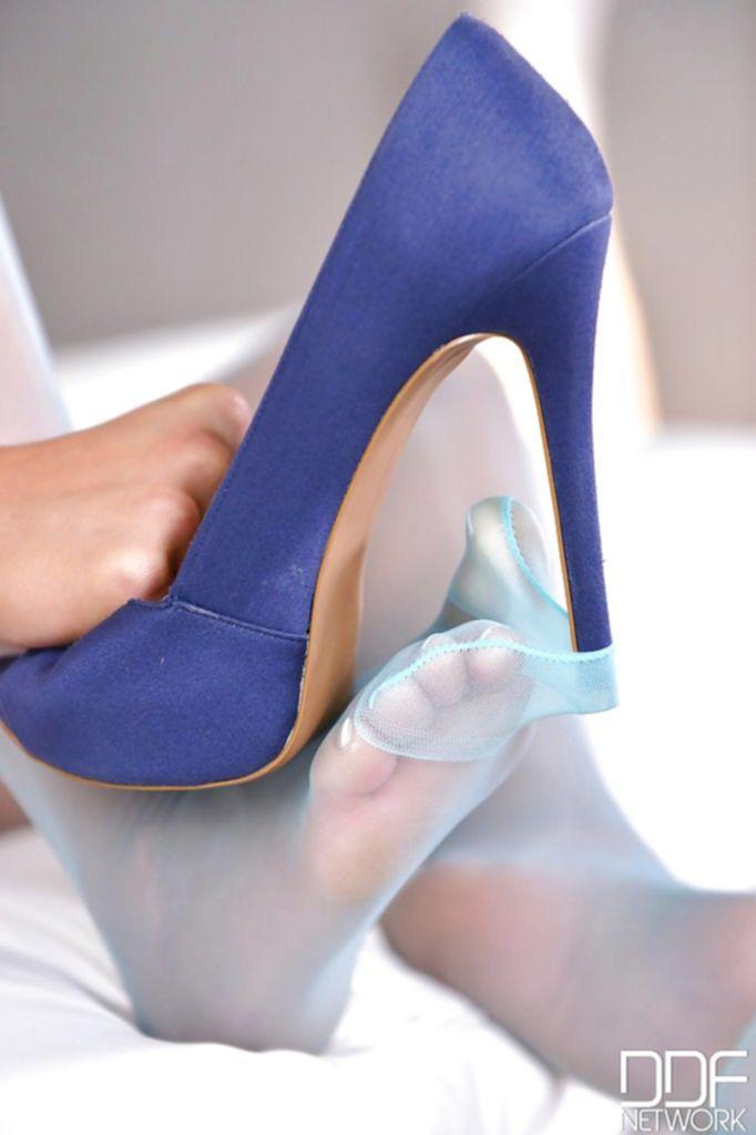 Гламурная фетишистка дрочит пилотку туфлями - секс порно фото