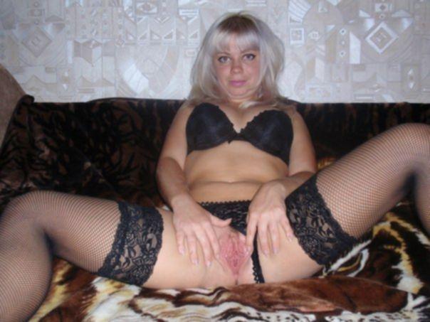 Русская блондинка пошло позирует на диване и сосет мужу член - секс порно фото