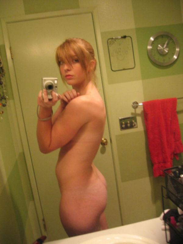Студентка делает голые селфи в домашней ванной на фотоаппарат - секс порно фото