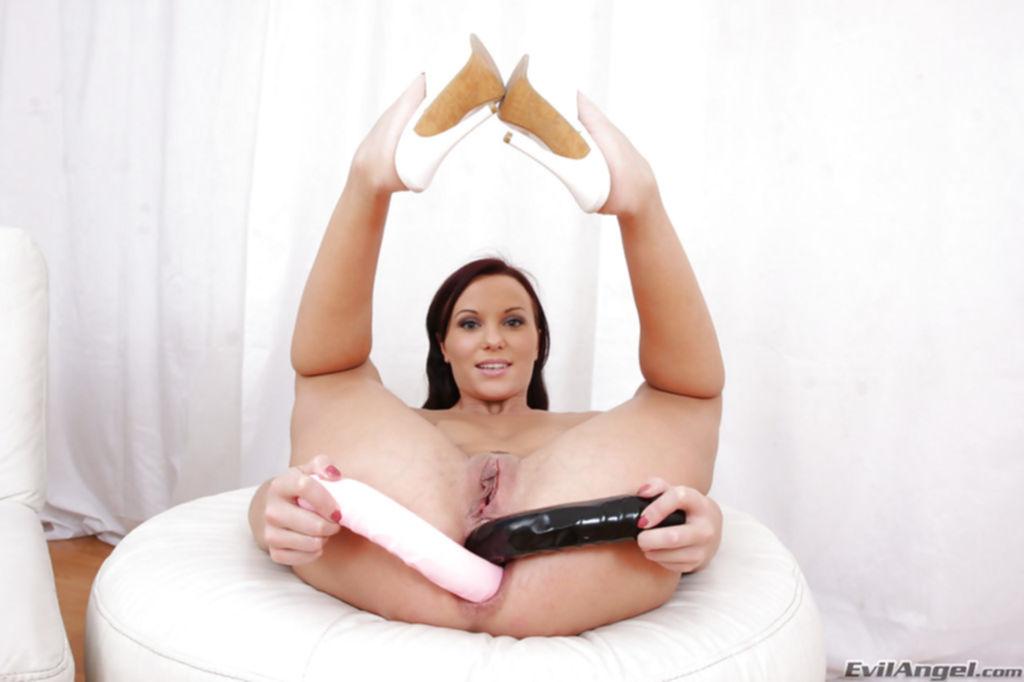 Телка снимает бикини и дрочит обе дырки промежности - секс порно фото