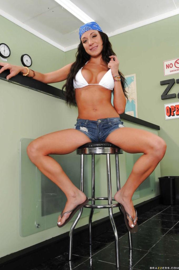 30летняя латинка в джинсовых шортах разделась на ресепшене - секс порно фото