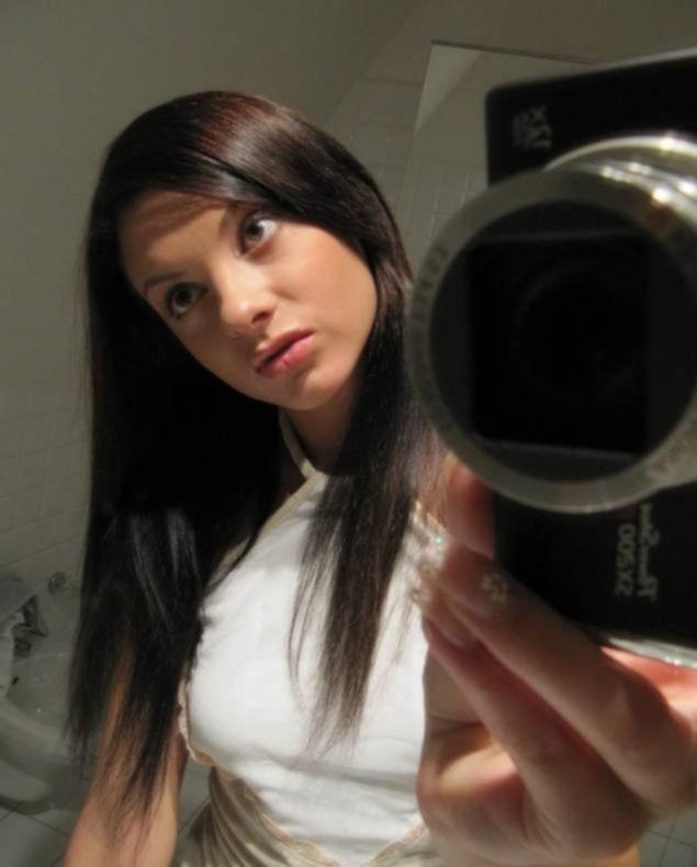 Брюнетка в туфлях делает зеркальные селфи в ванной - секс порно фото
