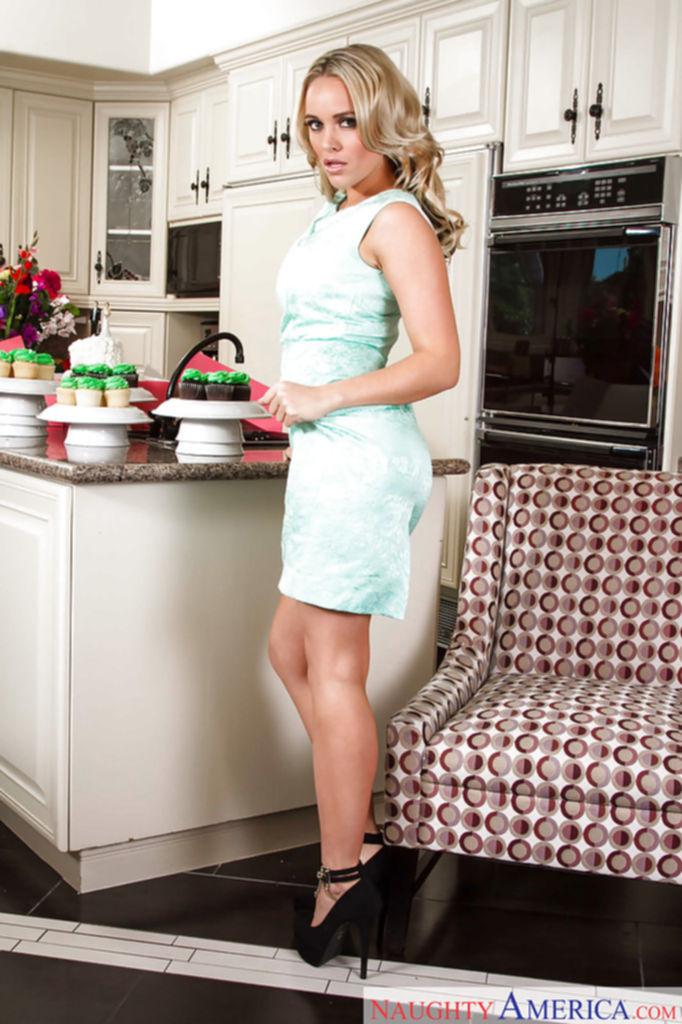 Alexis Monroe раздевается и садится на кухонное кресло голая - секс порно фото