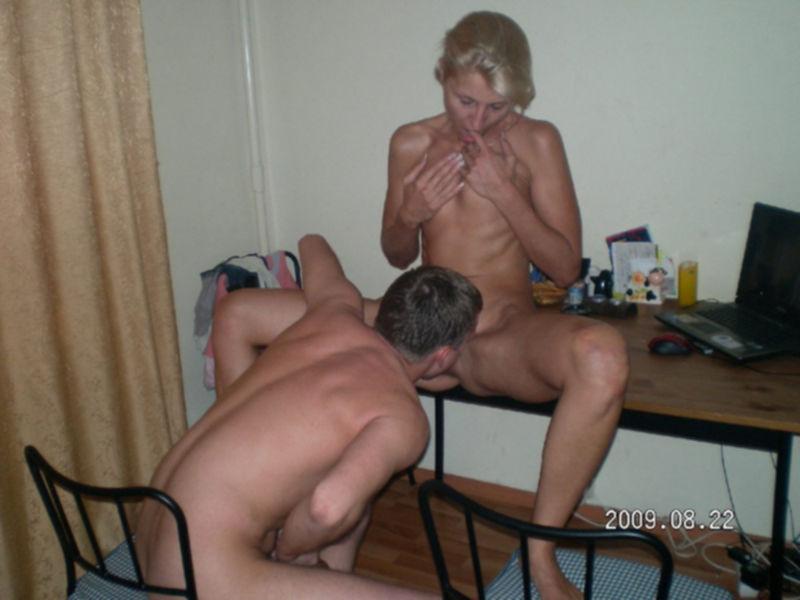 Русская блондинка замужем делает любовникам групповой минет - секс порно фото