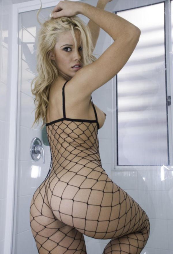 Молодая модель позирует в ванной - секс порно фото