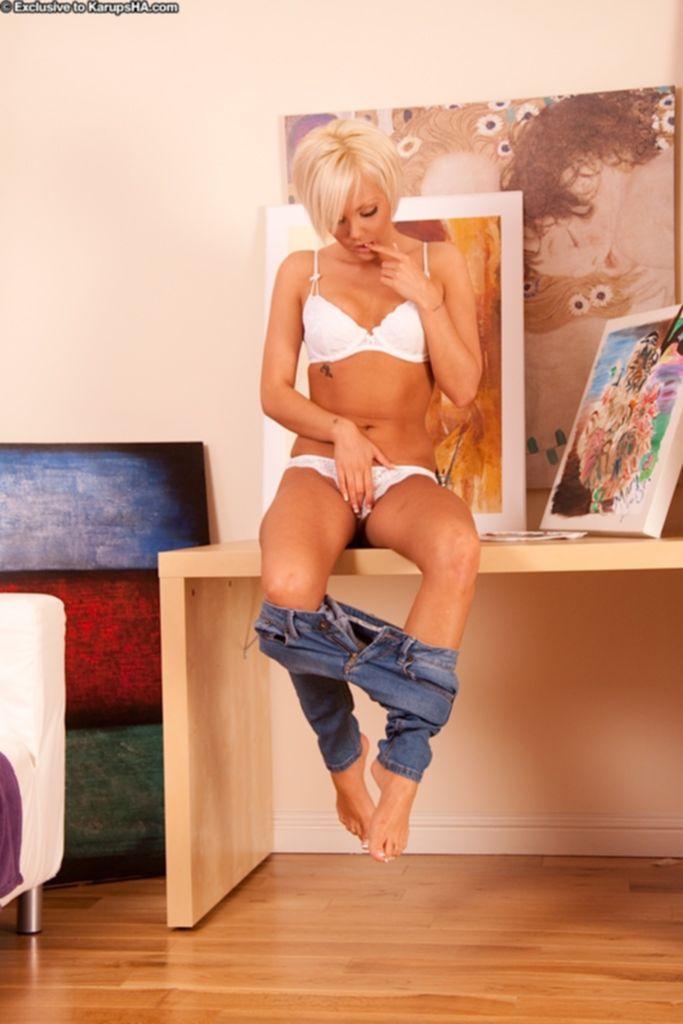 Художница Jada Gold раздевается, показав раскрытую киску и попу - секс порно фото