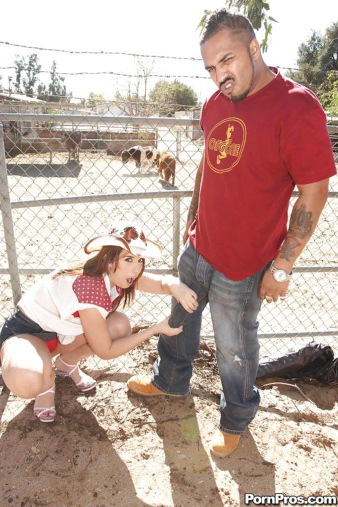 Негр трахнул ковбойшу огромным дилдо и облил искусственной спермой - секс порно фото