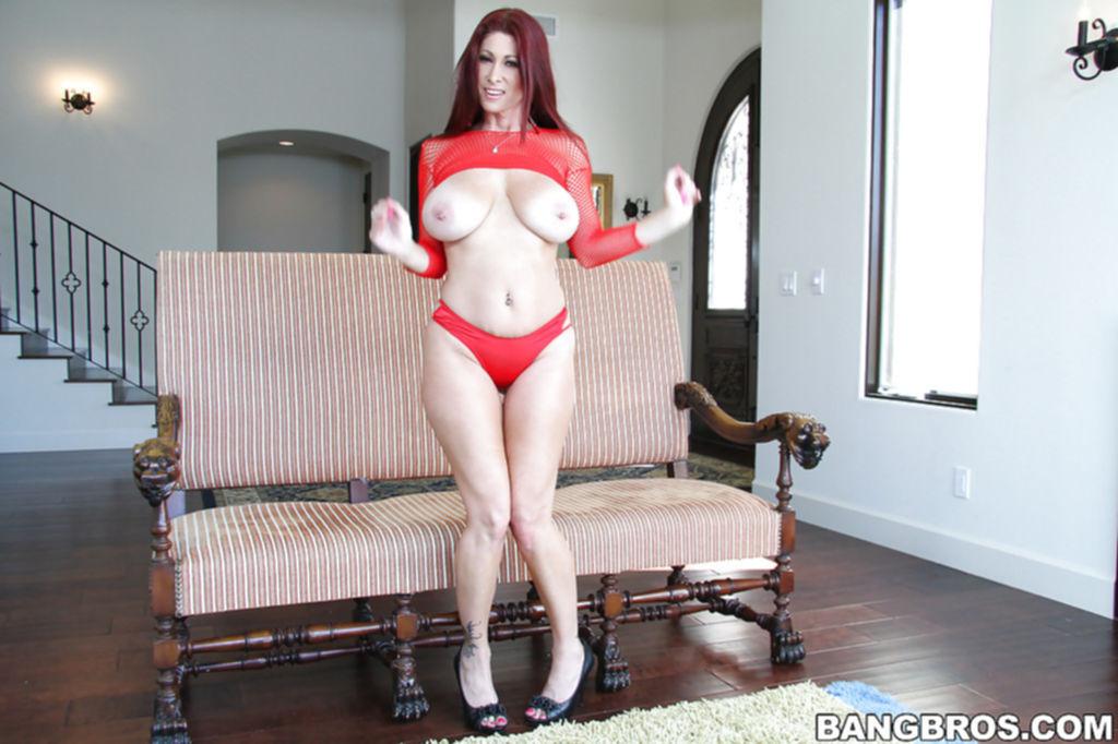 Крашеная мамка с большими сиськами раздвигает свои булки на диванчике - секс порно фото