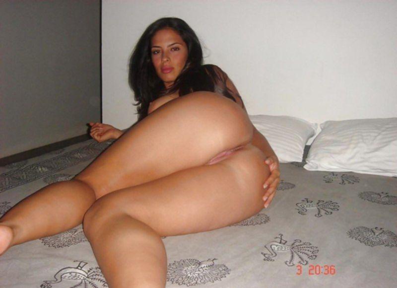 Сисястая латинка демонстрирует голое тело и киску в квартире - секс порно фото
