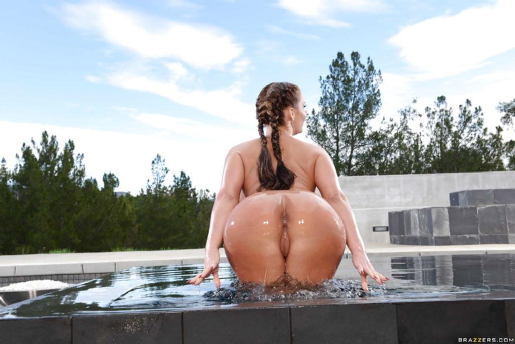 Американка с силиконовыми дойками и большой жопой купается в бассейне - секс порно фото