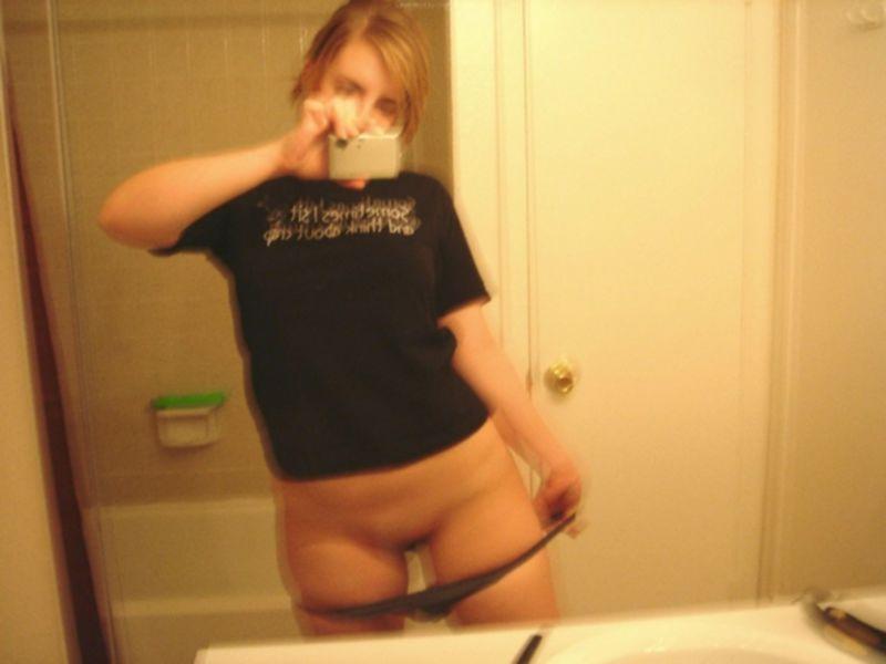 Американская студентка с пышным задом практикует пошлые селфи - секс порно фото