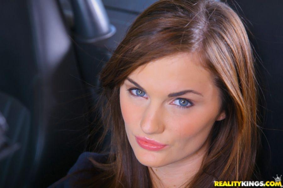Лили Картер вышла из кабриолета и показала большую попу - секс порно фото