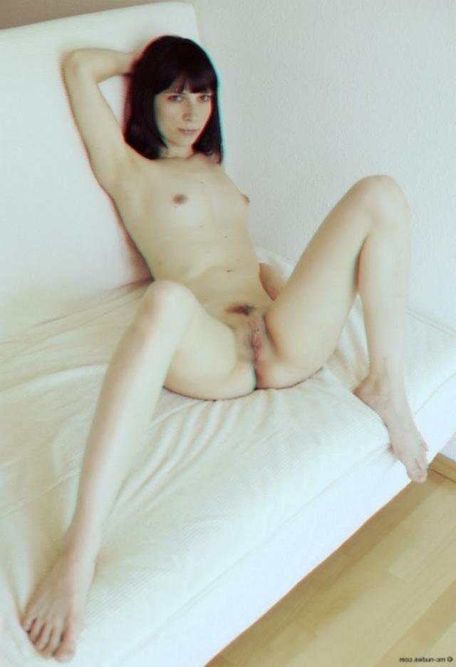 Одинокая брюнетка светит большой попой и киской на белом диване - секс порно фото