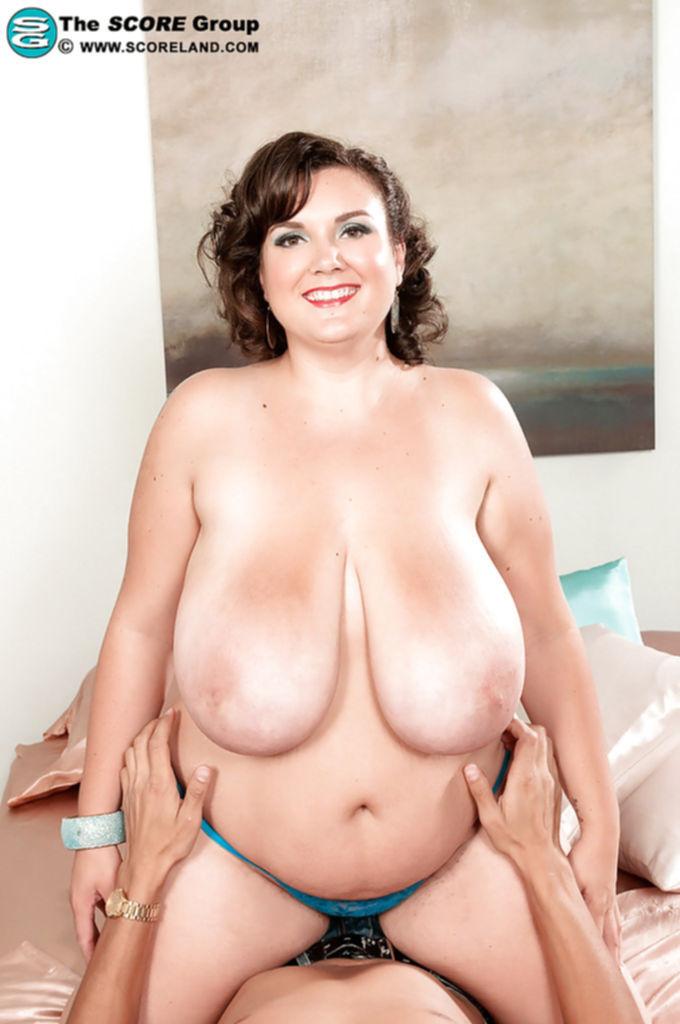 Парень раздевает пышку Charlie Cooper и ласкает её огромные дойки - секс порно фото
