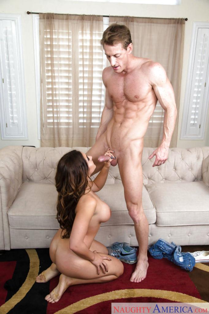 Jean Michaels сделала парню минет и он кончил ей на лицо и сиськи - секс порно фото