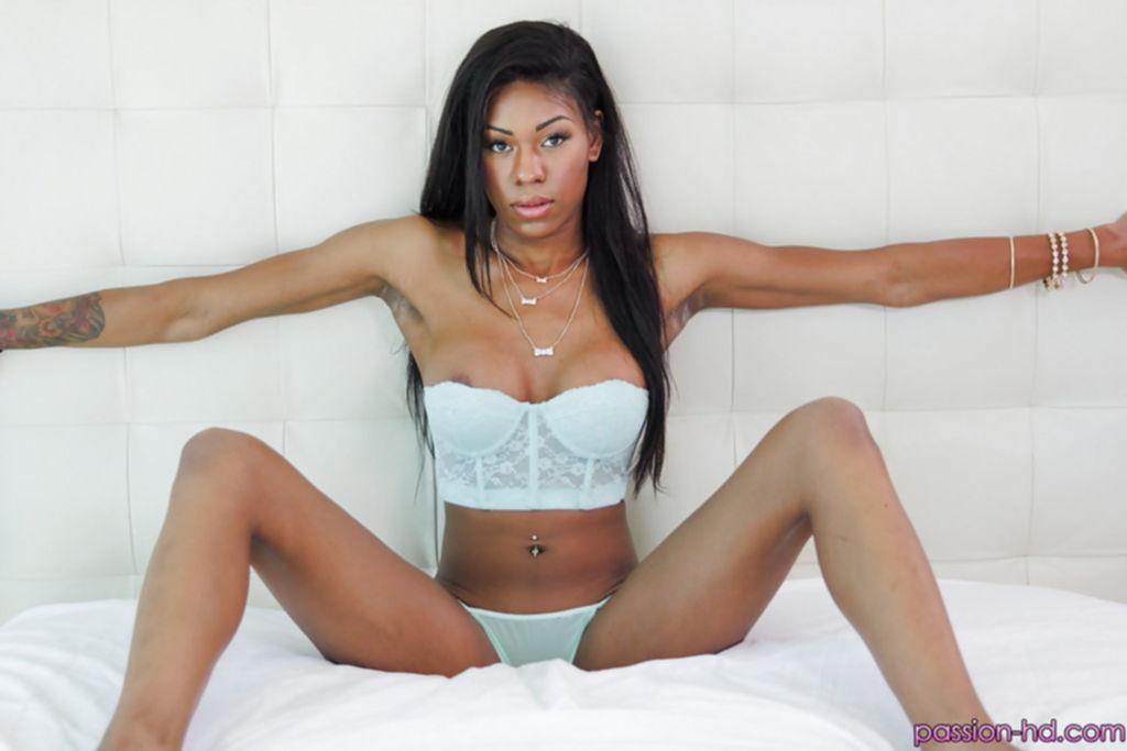 Попастая мулатка Nadia Jay сняла белье и мастурбирует на кровати - секс порно фото