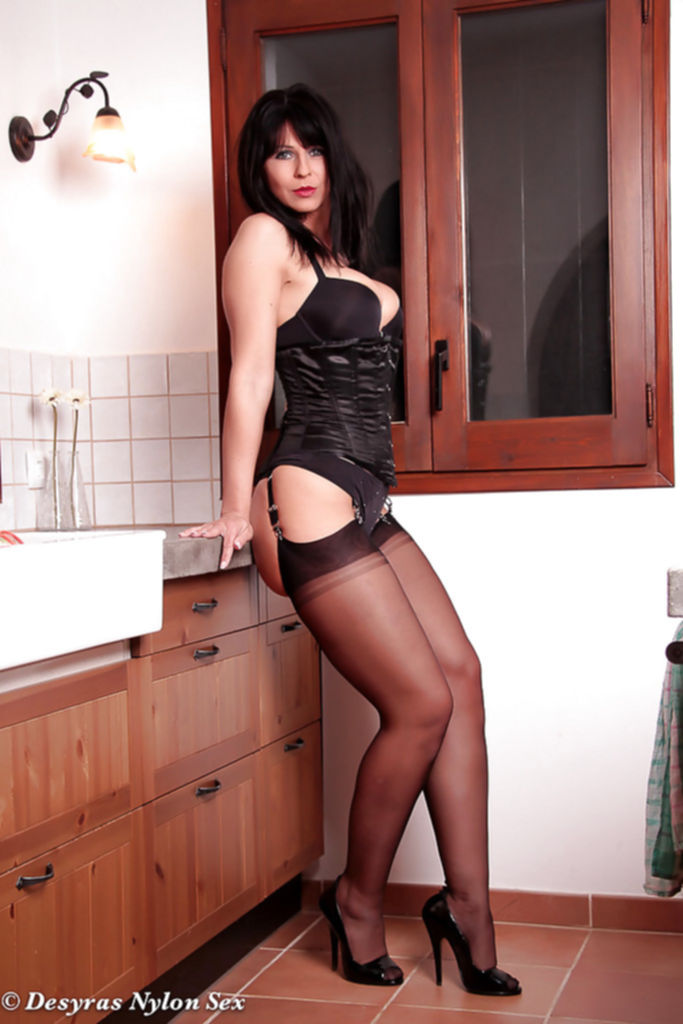 Мама в чулках и на каблуках позирует на кухне - секс порно фото