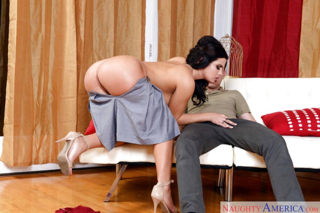 Брюнетка на каблуках сосет член другу на белом диване - секс порно фото