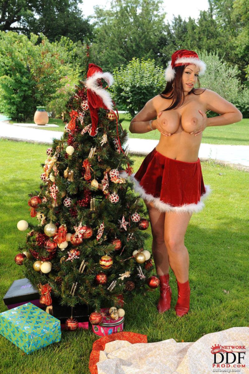 Снегурочка с большими сиськами в красном костюме стоит возле ёлки - секс порно фото