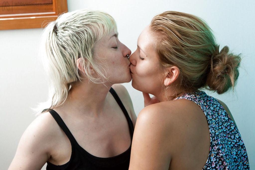 Лесбиянки заперлись в комнате, чтобы целоваться и мастурбировать - секс порно фото
