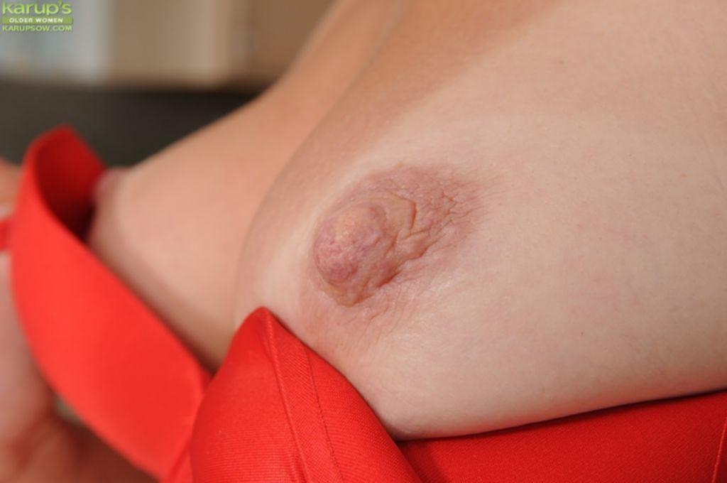 Блондинка Chelsea Dunes разделась на кухне и забралась на стол - секс порно фото