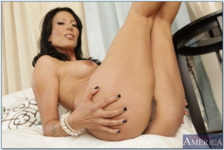 Горячая мамка трогает свою киску лёжа на белом диване - секс порно фото