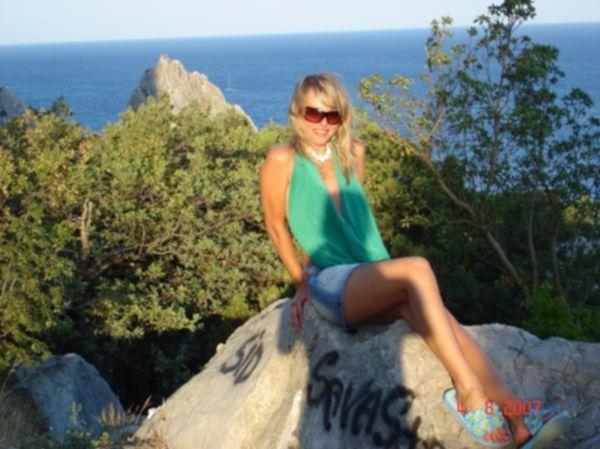 Русская лесбиянка позирует на море одна и с рыжей любовницей - секс порно фото