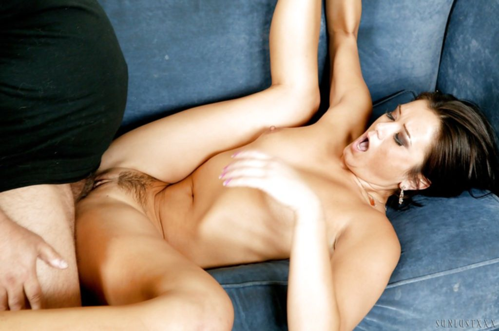 Стройную брюнетку на диване жарят крупным членом в анал - секс порно фото