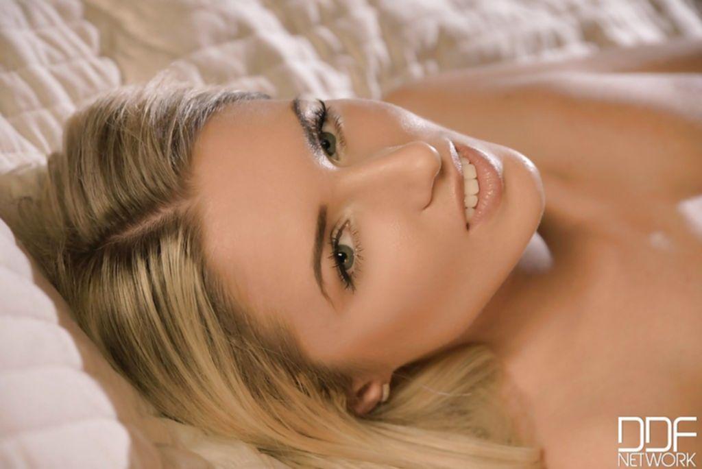 Длинноволосая блондинка хвастает накаченной попой и киской - секс порно фото