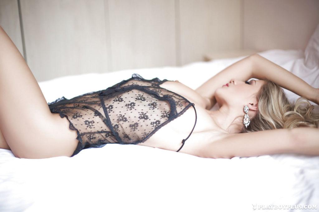 Блондинка с силиконовой грудью сняла черный пеньюар на кровати - секс порно фото