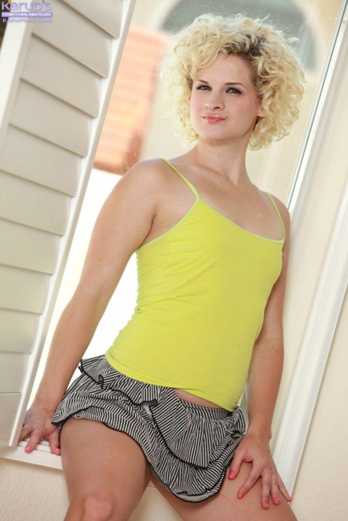 Кудрявая блондинка сняла желтую майку и юбку на подоконнике - секс порно фото