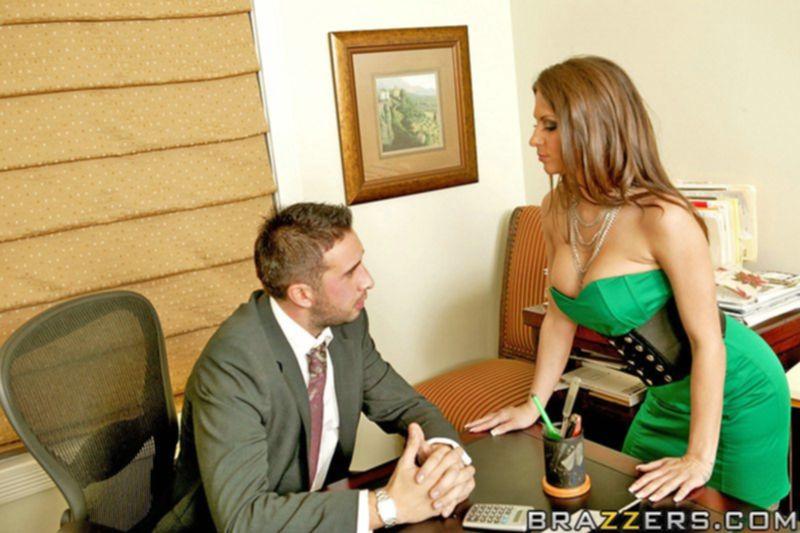 Секретарша Rachel Roxxx в чулках трахается с коллегой на работе - секс порно фото