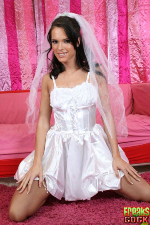 Невеста Jennifer Dark ушла со свадьбы и разделась в розовой хате - секс порно фото