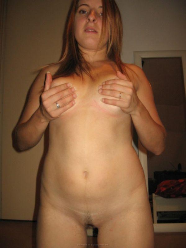 Телка примеряет различное белье на кровати и оголяется на камеру - секс порно фото