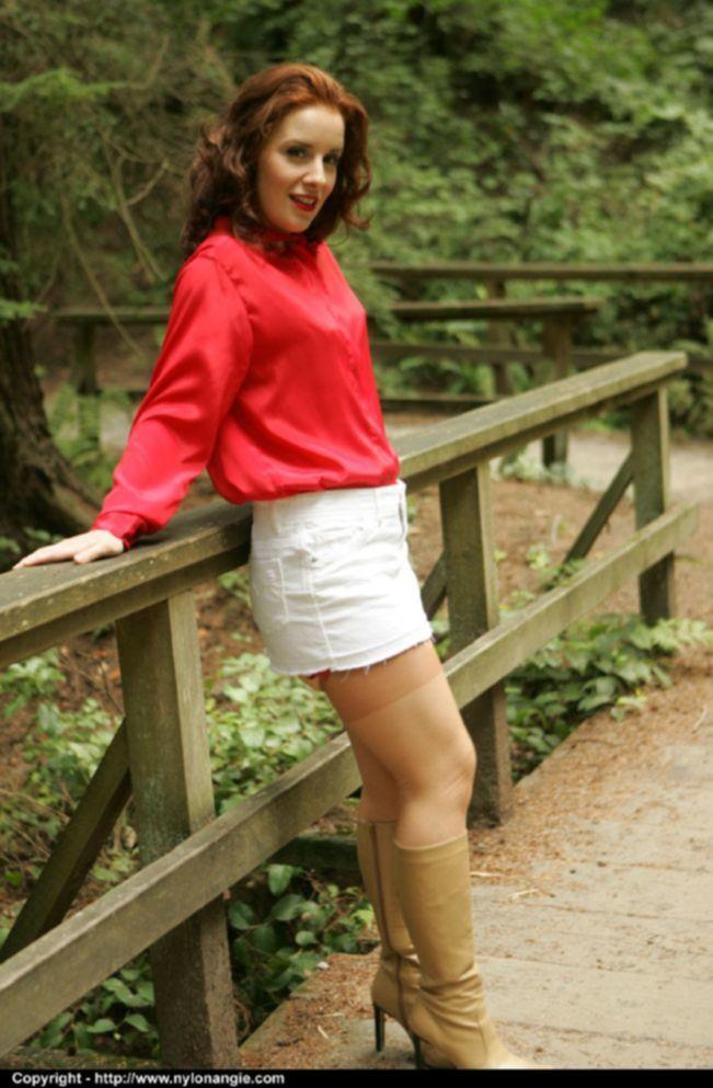 Рыжая зрелка в сапогах и чулках задирает белую юбку в парке - секс порно фото