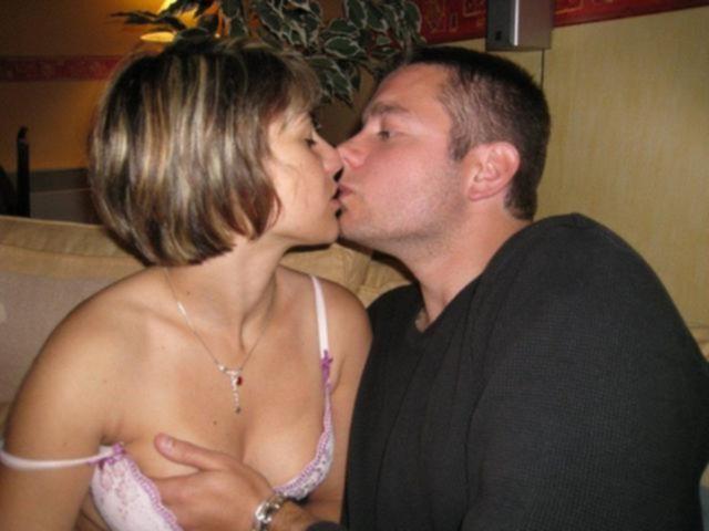Муж трахает сочную жену с широкими бедрами дома и в автомобиле - секс порно фото