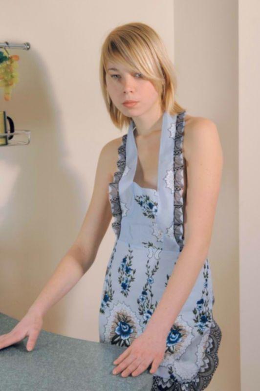 18летняя блондинка в фартуке и гольфах раздевается на кухне - секс порно фото