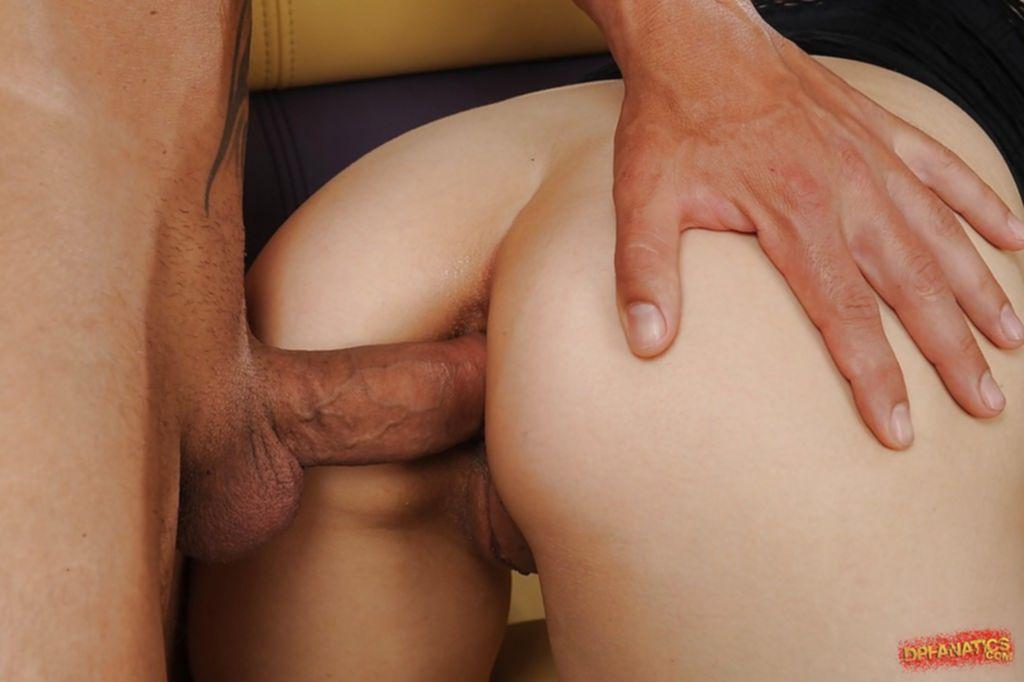 Брюнетка с большими сиськами сосёт сразу два члена - секс порно фото
