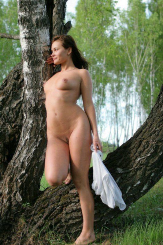 Молодая брюнетка разделась на природе возле дерева - секс порно фото