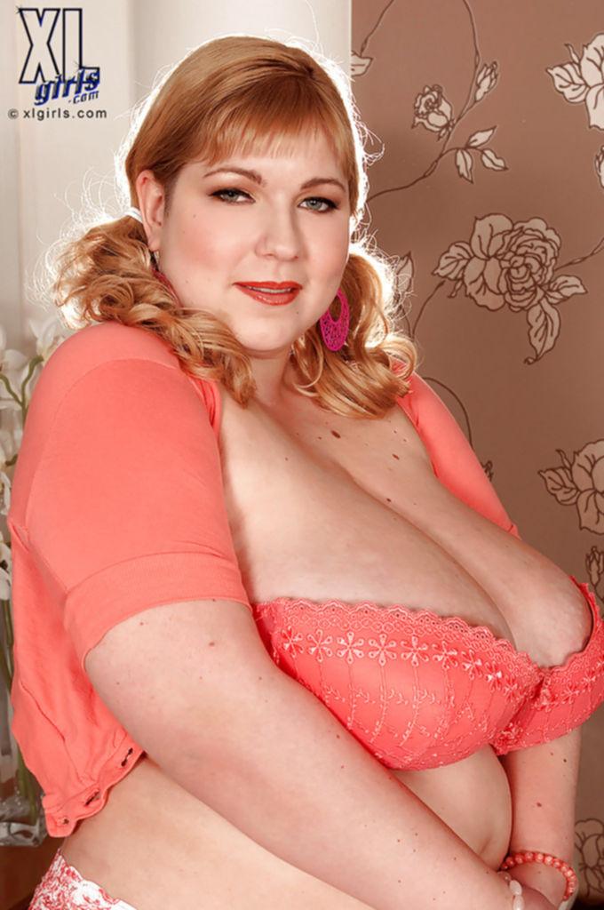 Жирная дамочка Angellyne Hart раздевается на полосатой кровати - секс порно фото