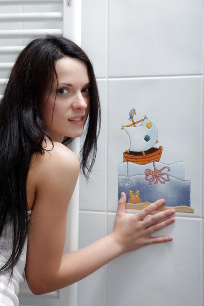 Молоденькая брюнетка позирует в душе без одежды - секс порно фото