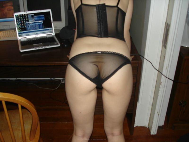 Горячая брюнетка в нижнем белье встала раком на кожаном диване - секс порно фото