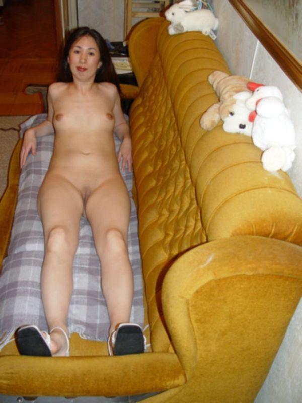 Оголенная японка прогуливается по квартире - секс порно фото