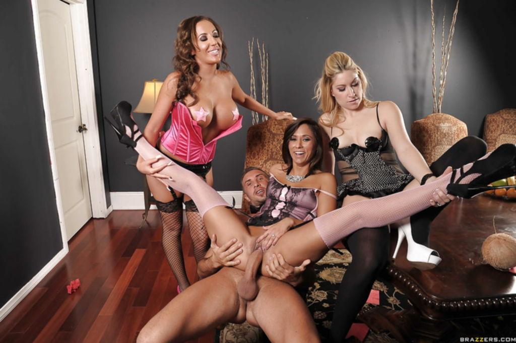 Горячая брюнетка сосёт большой член и трахается с парнем при своих подругах - секс порно фото