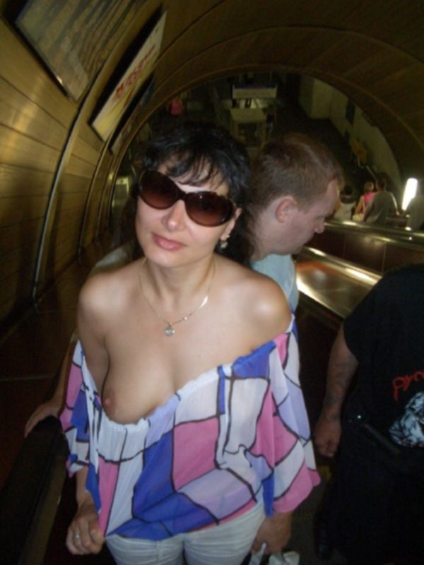 Голая брюнетка в очках позирует при людях в реке - секс порно фото