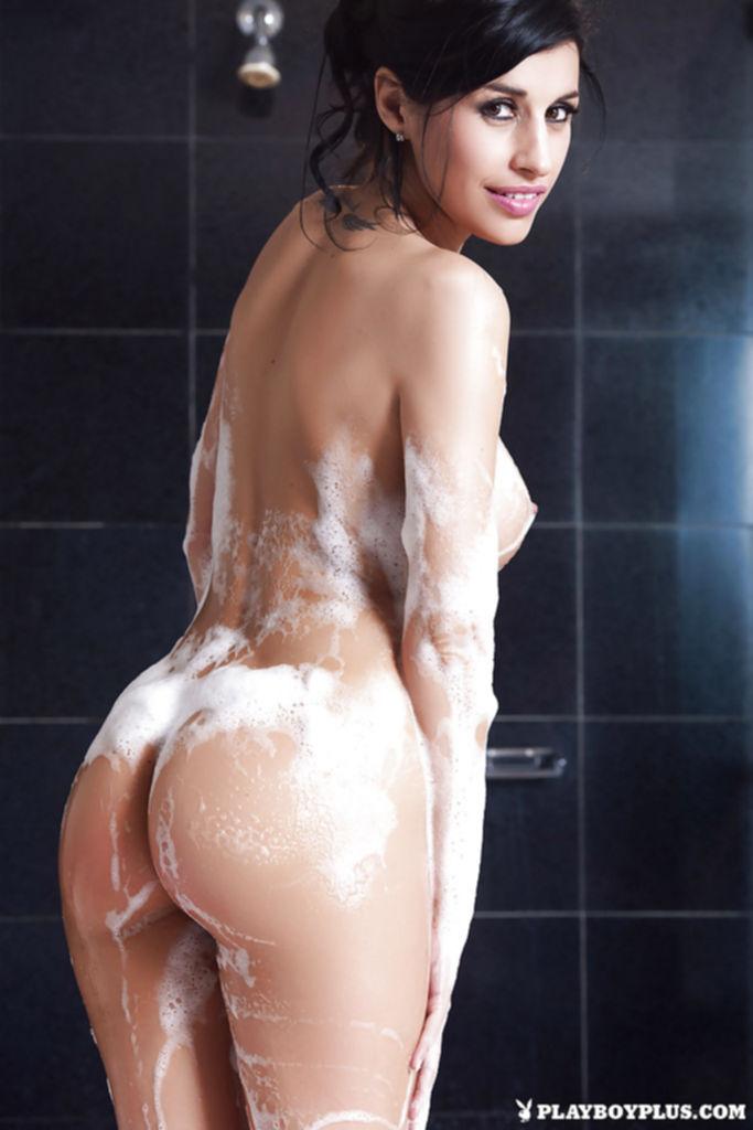 Сексуальная брюнетка с большими сиськами принимает ванну с пеной - секс порно фото