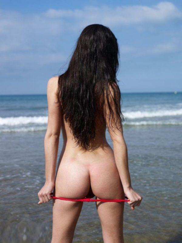 Брюнетка с 3 размером груди позирует на нудистском пляже - секс порно фото